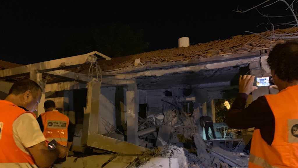 إندلاع النيران في مبنى مؤلف من ثلاث طبقات في 'عسقلان' نتيجة إصابته بصاروخ - صور + فيديو